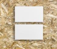 两张水平的名片大模型在木背景的 免版税库存照片