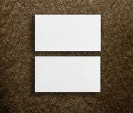两张水平的名片大模型在棕色背景的 免版税库存图片