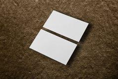 两张水平的名片大模型在棕色背景的 免版税库存照片