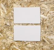 两张水平的名片大模型在轻的木backgrou的 免版税库存图片