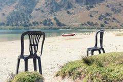 两张海滩睡椅开始的看在湖 库存照片
