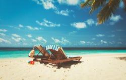 两张海滩睡椅热带假期 库存照片