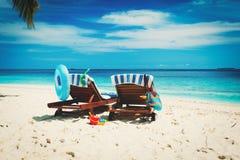 两张海滩睡椅热带假期 库存图片