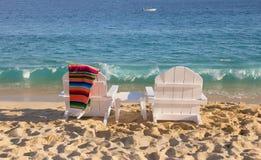 两张海滩睡椅临近海洋 库存照片