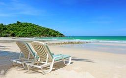 两张海滩睡椅 库存照片