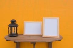 两张照片框架和灯在一木在黄色背景 免版税图库摄影