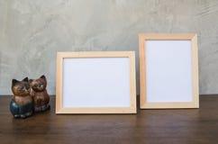 两张照片框架和玩具猫在木 免版税库存图片