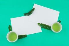 两张空白的白色卡片和绿茶在杯子 免版税图库摄影