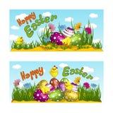 两张水平的贺卡与一个假日复活节 黄色鸡,复活节彩蛋,装饰用样式和花 向量 免版税库存照片