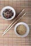 两张幻灯片米和中国棍子在席子 库存图片