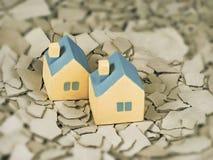 两微型黄色玩具房子 免版税图库摄影