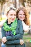 两微笑的女朋友 免版税库存照片