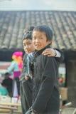 两微笑,在老东范market的少数族裔男孩 库存照片