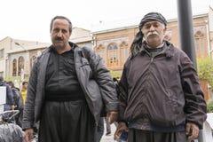 两德黑兰都市街道的库尔德老卖主人画象  库存照片