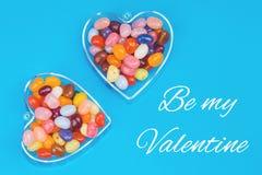 两心脏用在蓝色背景的糖果 库存图片