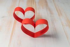 两心脏由丝带制成在木背景 库存图片