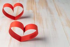 两心脏由丝带制成在木背景 库存照片