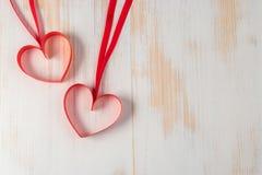 两心脏由丝带制成在木背景 图库摄影