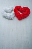 两心脏由flovers在灰色背景Valen被做上升了 库存照片