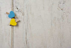 两心脏的蓝色和黄色在老白色背景 图库摄影
