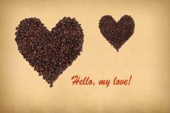 两心脏组成由咖啡豆 题字你好,我的爱! 免版税库存图片