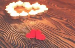 两心脏,在木的灼烧的蜡烛 日s华伦泰 库存图片