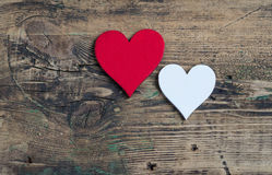 两心脏-红色和白色 明信片华伦泰` s天 免版税库存照片