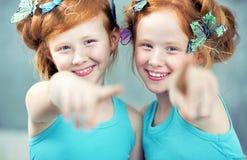 两快乐的红头发人孪生画象  免版税库存图片