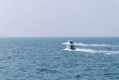 两快速的小船(速度小船)在海 免版税库存图片