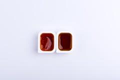 两快餐垂度在包含红色sa的塑胶容器调味 免版税图库摄影