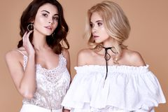 两性感的美丽的相当长期少妇白肤金发的卷发slin 免版税图库摄影