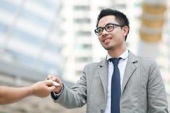 两成功的商业主管兑换业务卡片画象  免版税库存图片