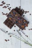 两手工制造巧克力块填装了用在老不同的莓果 库存照片