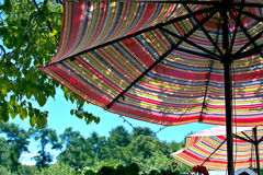 两把五颜六色的露台伞 库存照片