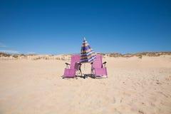 两把偏僻的椅子和伞在海滩 免版税库存照片