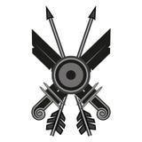 两把剑两个箭头在白色背景的一盾 免版税库存照片