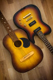 两把吉他音响和电在木背景 免版税库存照片