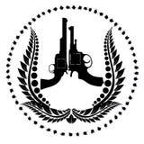 两把左轮手枪和花圈 免版税库存图片