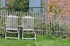 两把庭院椅子在浪漫庭院里 库存图片