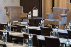 两把扶手椅子是报告人桌在豪华会议室 免版税库存照片