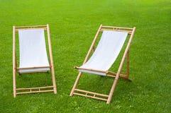 两把折叠椅在一个绿色公园 免版税库存图片
