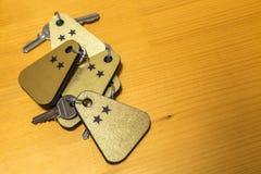 两把星旅馆客房钥匙堆  库存照片