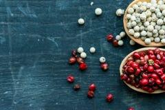 两把木匙子用桃红色和白色干胡椒 免版税库存图片