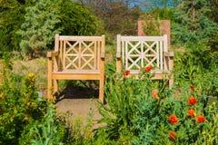 两把木庭院椅子 库存照片