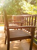 两把木椅子和一张桌在阳台在夏天有自然树背景 库存照片