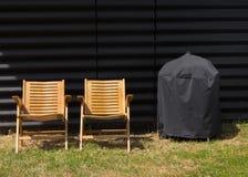 两把椅子和一个被盖的格栅 免版税库存照片