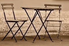 两把椅子和一张桌在街道上 图库摄影
