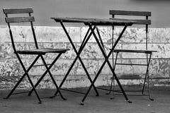 两把椅子和一张桌在街道上 库存图片