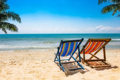 两把椅子和一把白色伞吻合风景在海滩在夏天 拷贝地区横幅 免版税库存图片