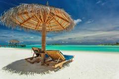 两把椅子和伞在惊人的热带海滩,马尔代夫 免版税图库摄影